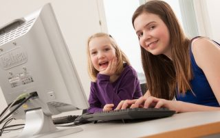 2 Mädchen vor einem PC, Copyright: VHS August Lechner