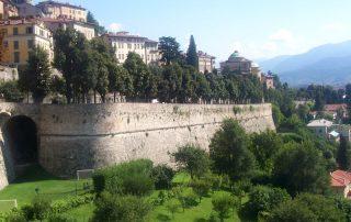 Bergamo, Blick auf die obere venezianische Stadtmauer, Von MarkusMark - Eigenes Werk, Gemeinfrei
