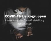 Mann mit Mund-Nasenschutz vor PC, schwarzer Hintergunrd, Text: COVID-19-Risikogruppen. Ausweitung der Dienstfreistellung beschlossen, Foto: https://www.pexels.com/@enginakyurt