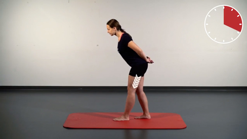 Beweglichkeits-Übung: Ischiocrural im Stehen