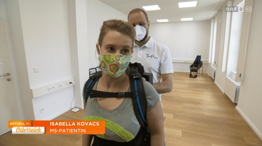 ORF 2, Aktuell in Österreich vom 30. Mai 2020: Die 32-jährige Wienerin Isabella Kovacs ist seit 13 Jahren von Multipler Sklerose betroffen. Seit einem Jahr trainiert sie mit einem Exoskelett. Credit: ORF