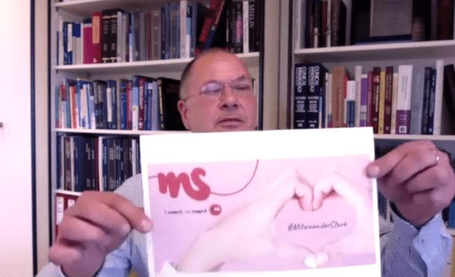 Univ.-Prof. Dr. Thomas berger hält ein Blatt mit der Illustration des Welt-MS-Tages 2020, Credit: MedMedia, ÖGN
