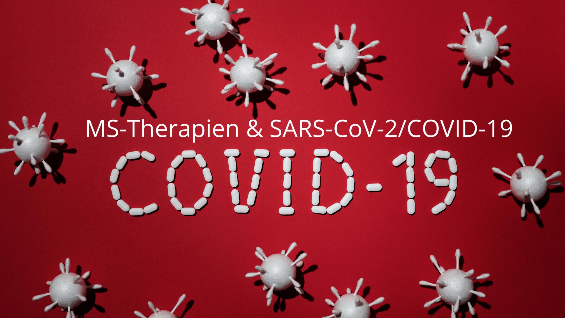 """rotes Rechteck, darauf Coronaviren und Tabletten, die das Wort """"COVID-19"""" bilden, Text: MS-Therapien und SARS-CoV-2_COVID-19"""