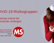 Rechteck mit rotem Hintergrund, Bild: Frau mit Maske desinfiziert Hände, Text: COVID-19-Risikogruppen. Regelung vorerst bis Jahresende verlängert. Credit: Canva