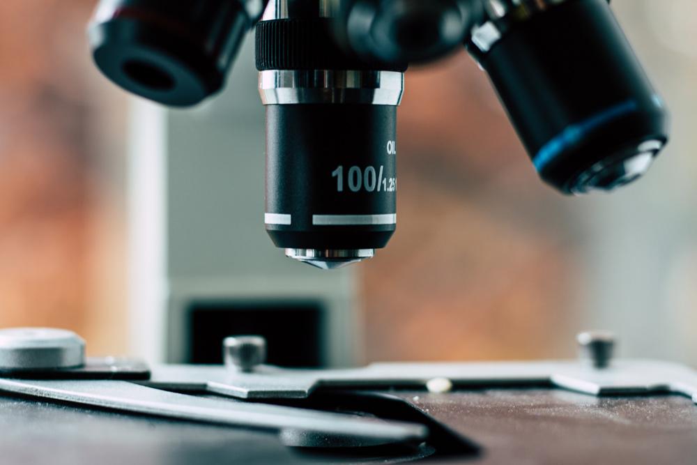 Mikroskop im Labor, Foto: Yassine Khalfalli, Unsplash