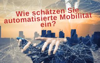 Bild: Stadt von oben, Handy, Text: Wie schätzen Sie automatisierte Mobilität ein? Credit: Canva