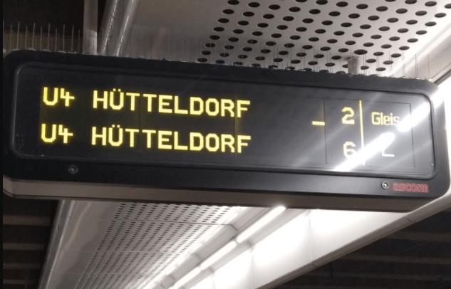 U-Bahn-Warteanzeige in Wien-Hütteldorf. Ein Unterstrich neben der Minutenanzeige auf den Anzeigetafeln der U-Bahn-Linien U4 und U1 kennzeichnet, ob eine einfahrende Zuggarnitur mit einer Klapprampe ausgestattet ist. Somit soll ein barrierefreier Einstieg erleichtert werden. Foto: MS-Gesellschaft Wien