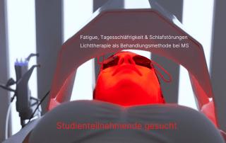 Frau unter Lichttherapiegerät. Text: Fatigue, Tagesschläfrigkeit & Schlafstörungen Lichttherapie als Behandlungsmethode bei MS. Studienteilnehmende gesucht. Credit: Canva