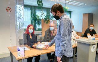 Mann erhält im Wahllokal Stimmzettel für die Wienwahl, Copyright PID/Markus Wache