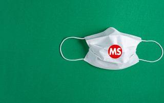 Maske mit MS-Logo auf grünem Hintergrund Credit: Canva