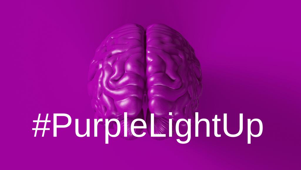 lila Hintergrund mit Gehirn, Schriftzug #PurpleLightUp, Credit: Canva