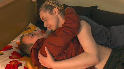 Sexualbegleiterin und Klient liegen im Bett, Fotocredit: ORF/NEW DOCS/Johann Feindt
