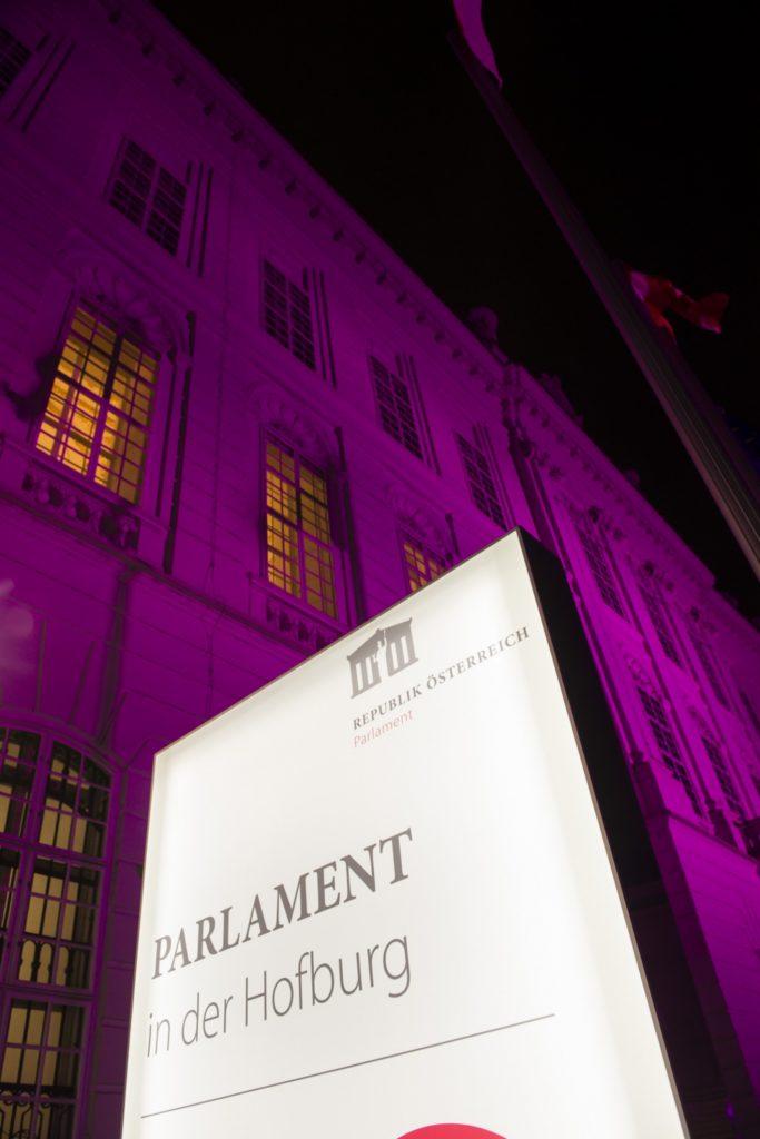 Purple Light Up: Beleuchtete Gebäudefront des Parlaments am Josefsplatz. © Parlamentsdirektion / Thomas Jantzen