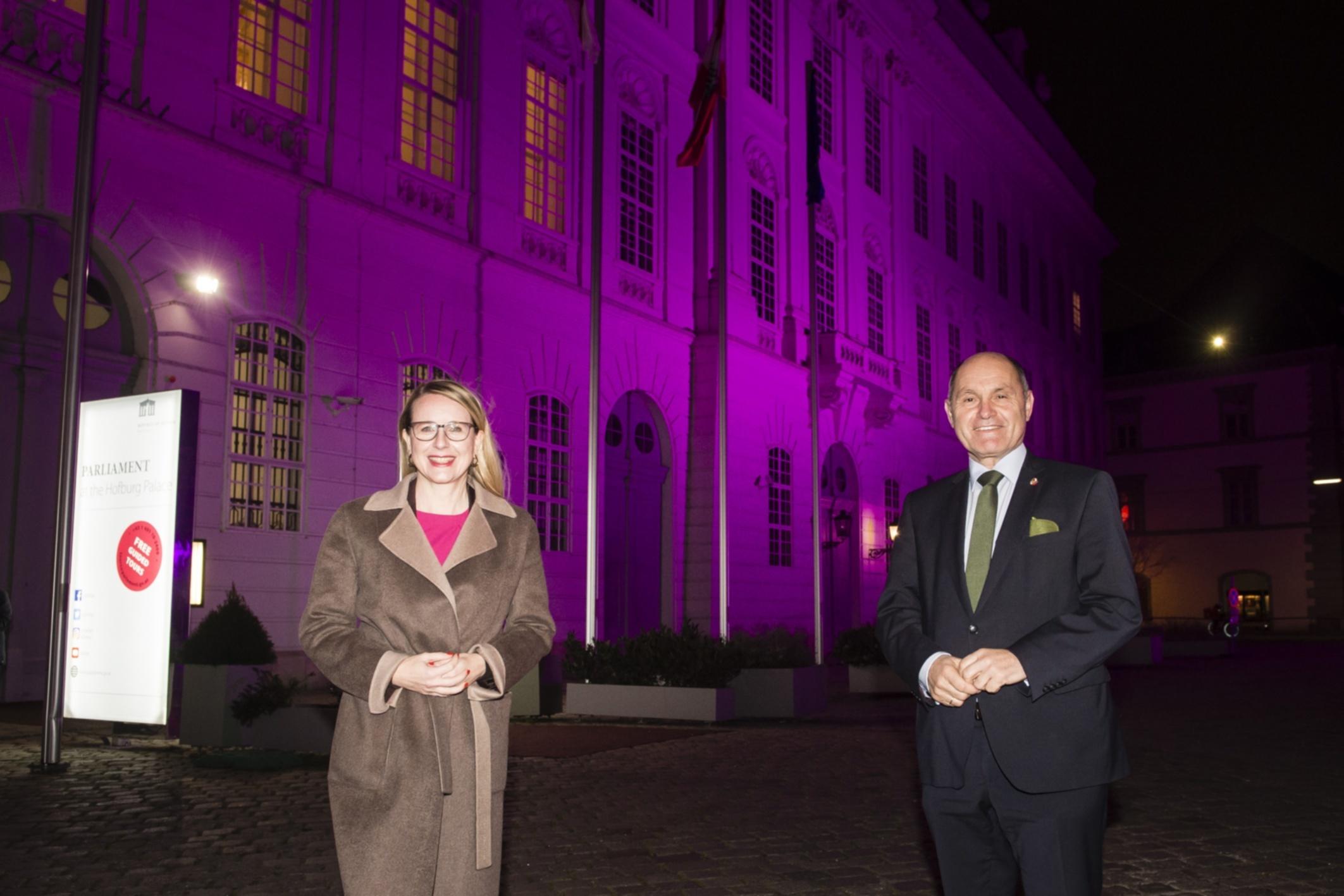 Purple Light Up Von rechts: Nationalratspräsident Wolfgang Sobotka (ÖVP), Wirtschaftsministerin Margarete Schramböck (ÖVP) Aufnahmedatum: 02.12.2020 © Parlamentsdirektion / Thomas Jantzen