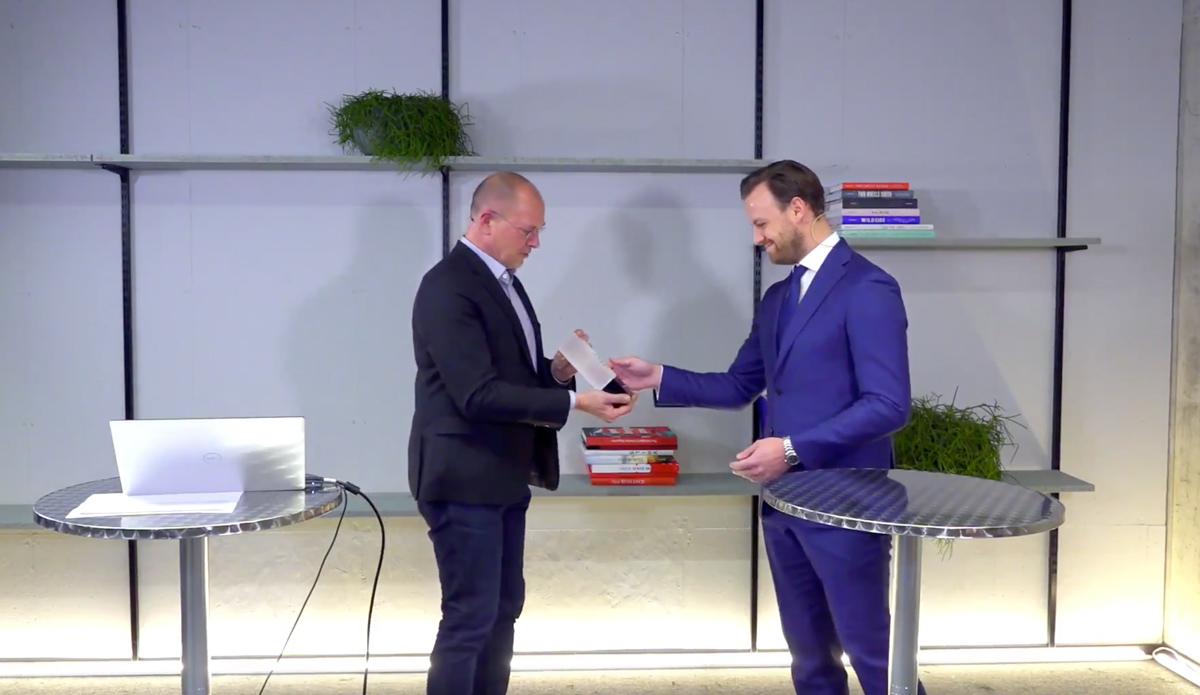 Univ. Prof. Dr. Thomas Berger überreicht den Karl-Vass-Preis an Dr. Gabriel Bsteh. (c) IMAGE ANGELS – Communications Agency