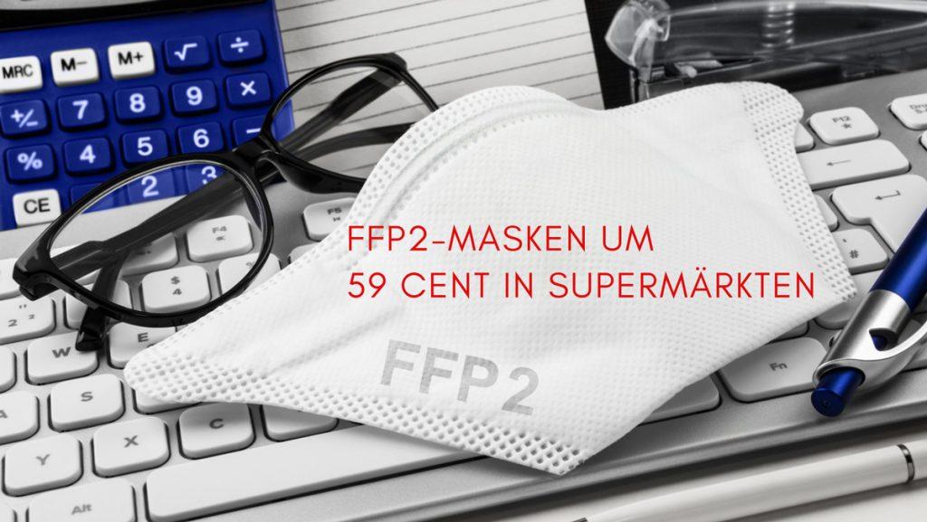 FFP2-Maske auf Schreibtisch, Text: FFP2-Masken um 59 Cent im Supermarkt, Credit: Canva