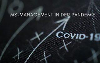 """schwarzer Hintergrund mit Kreuzen und geschriebenem Text """"COVID"""", Text: MS-Management in der Pandemie, Credit: Canva"""