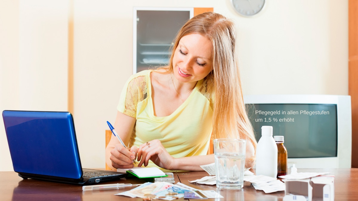 """Symbolbild Pflegegeld: Frau sitzt rechnend mit Geldscheinen vor PC. mit Text """"Pflegegeld ab 01.01.2021 um 1,5 % erhöht"""". Credit: Canva"""