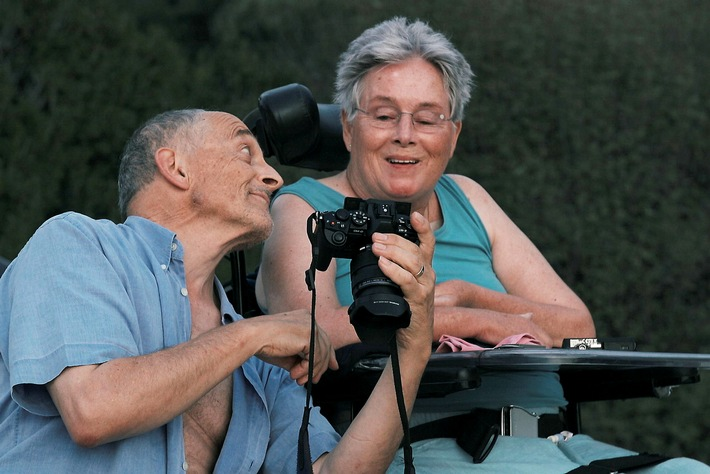Niggi und Annette Bräuning schauen sich Fotos an. Credit: ZDF/SRF