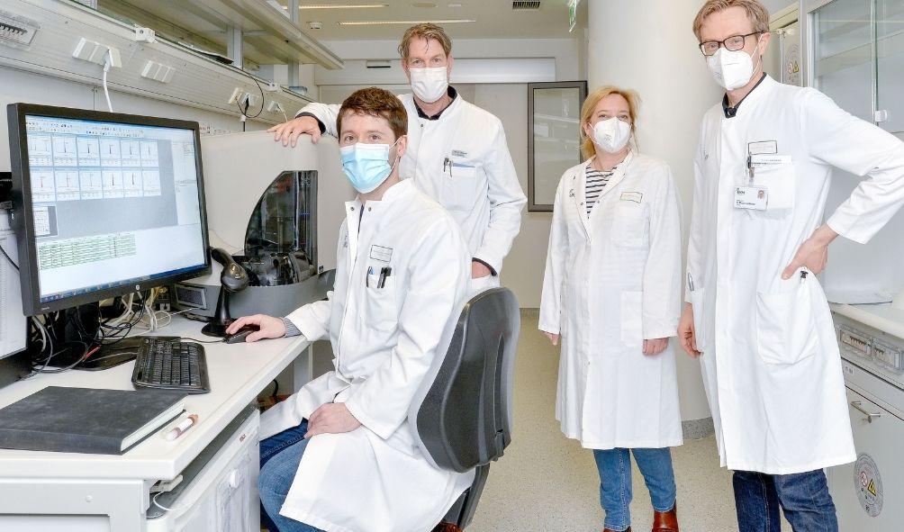 Dr. Andreas Schulte-Mecklenbeck, Klinikdirektor Prof. Heinz Wiendl, Dr. Catharina Groß und Dr. Gerd Meyer zu Hörste (v.l.) im Labor der Klinik für Neurologie, Foto: WWU - E. Deiters-Keul