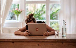 junge Frau im Rollstuhl versteckt sich hinter Laptop, Bildnachweis: Andi Weiland | Gesellschaftsbilder.de