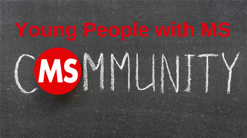 Kreidetafel mit Text: Young People with MS Community, Credit: Canva