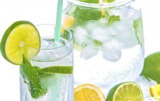 Symbolbild Sommer: Krug und Glase mit Mineralwasser, Eiswürfeln, Limetten und Minze, Credit: PhotoMIX-Company, Pixabay