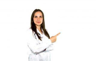 Ärztin zeigt mit Zeigefinger, Photo by Bermix Studio on Unsplash