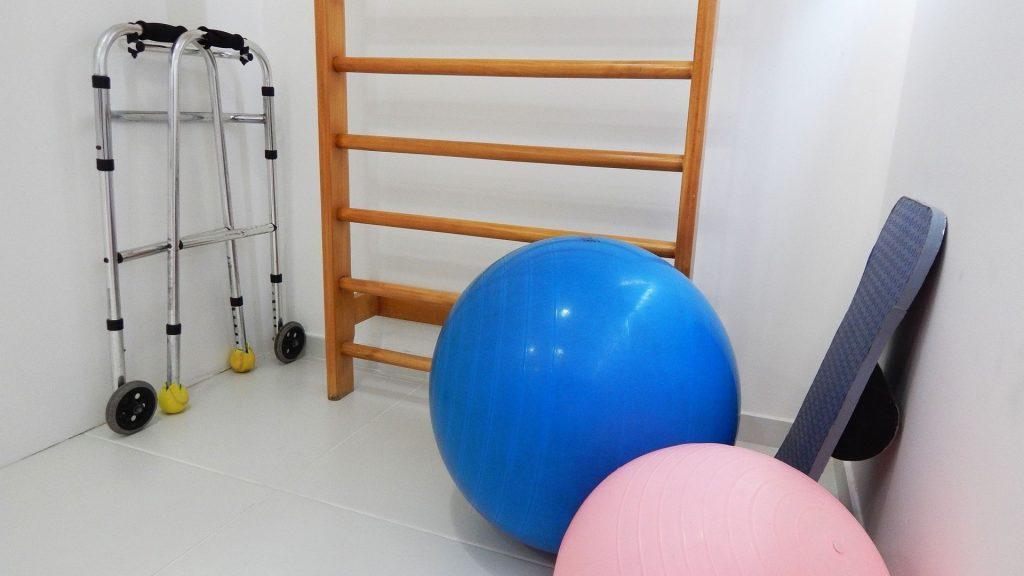 Physiotherapie-Raum mit Sprossenwand und Therapiebällen, Credit: Pixabay