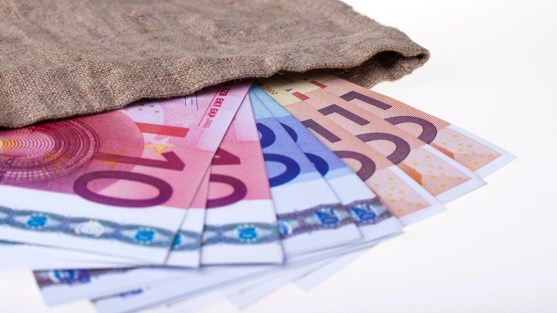 Geldscheine in einem Jutesack, Foto: Lena Balk, Unsplash